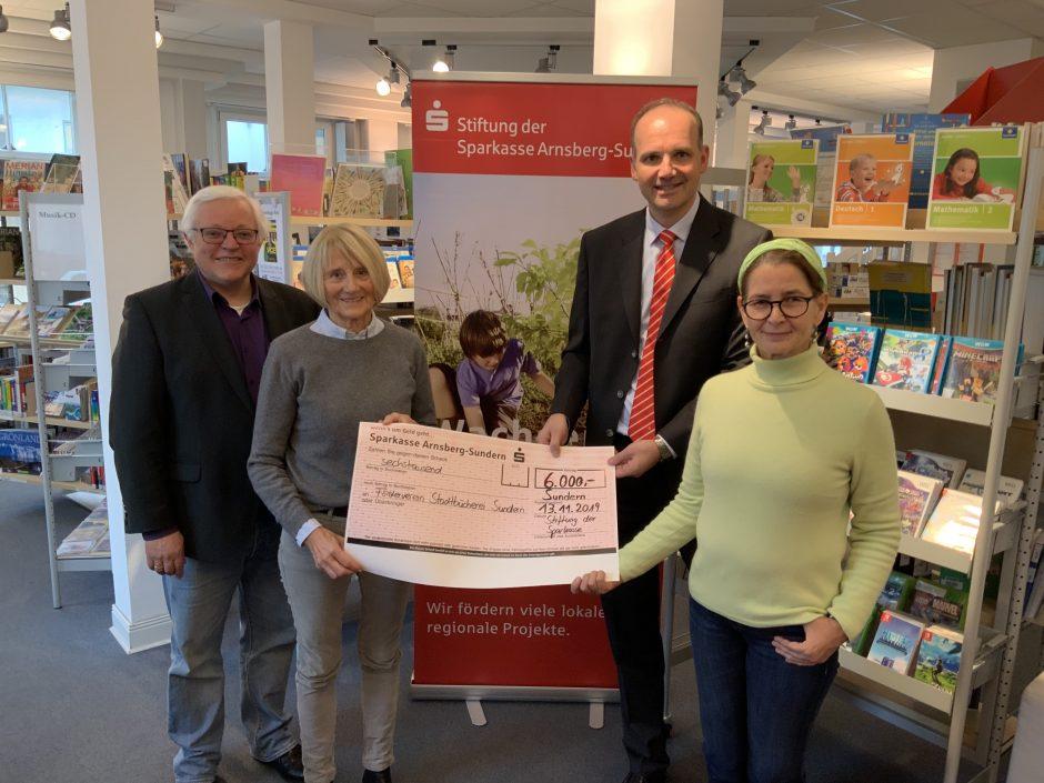 Stiftung der Sparkasse übergibt Spende an Sunderner Stadtbibliothek