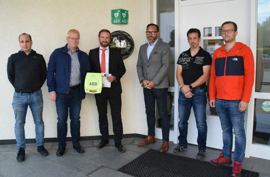 Neuer Defibrillator in Westenfeld – Lebensretter am Pfarrheim installiert
